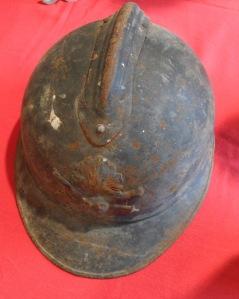 le casque Adrian fut distribué aux troupes à partir de septembre 1915
